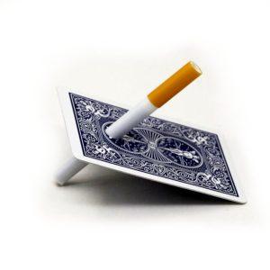 Cigarro atraviesa la carta